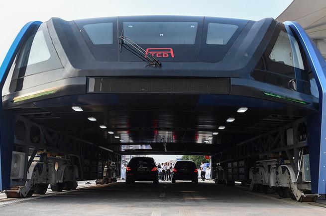 Китай поставил автобус на рельсы